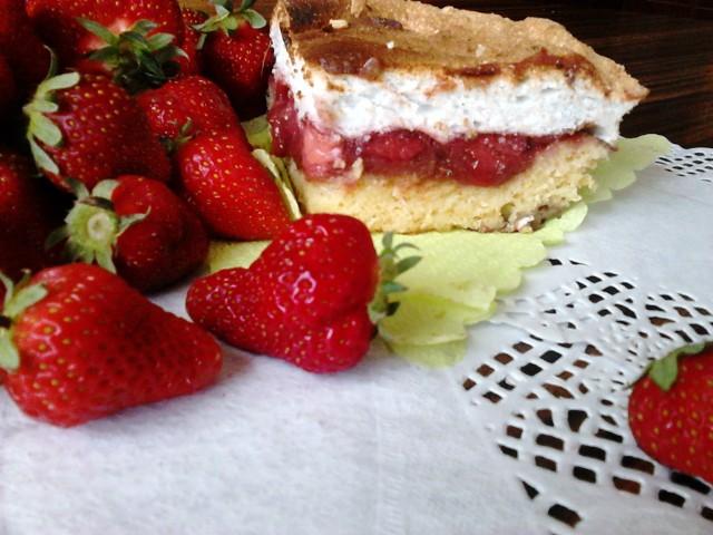 Ciasto kruche z truskawkami, marmoladą i pianką z białek. Zobaczcie przepis Koła Gospodyń Wiejskich!