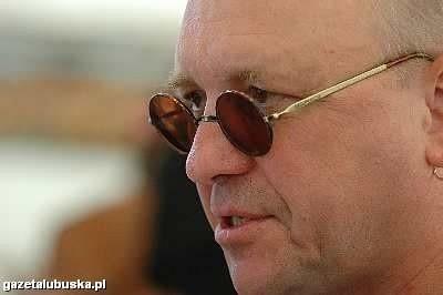 Jurek Owsiak zachęca do udziału w dzisiejszej zbiórce. Pieniądze można wrzucać do specjalnych puszek oznaczonych niebieskim serduszkiem.
