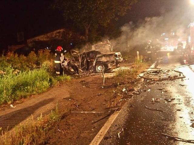 W niedzielę nad ranem w Dąbrówce Leśnej zderzyły się dwa samochody. Zginęło pięć osób