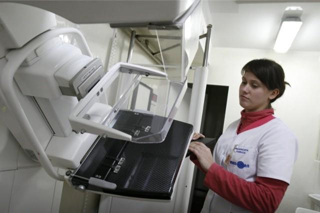 Mammobusy wyruszają w Wielkopolskę w lipcu 2020. Z bezpłatnych badań w ramach programu NFZ mogą skorzystać Panie, w wieku od 50 do 69, które przez minione dwa lata nie wzięły udziału w badań ufundowanych przez Narodowy Fundusz Zdrowia. Gdzie można się zbadać? Sprawdź listę w galerii --->