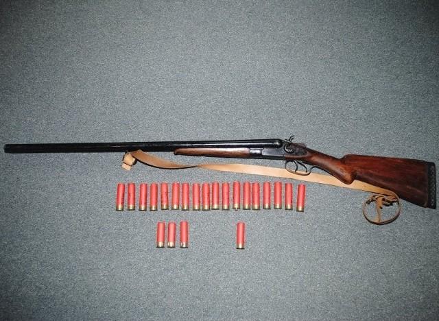 Przy agresywnym 51-latku policjanci znaleźli nabój, a w domu broń myśliwską, na którą mężczyzna nie miał pozwolenia.
