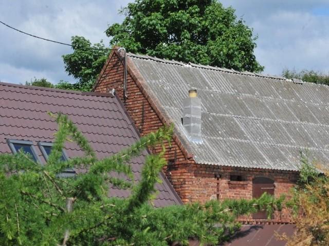 eternitLudzie nie mają pieniędzy na usuwanie azbestu z dachów