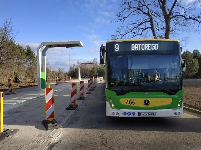 Słupy pantografowe do szybkiego ładowania autobusów elektrycznych pojawiły się już na pętli kończącej ulicę Jędrzychowską. Wyglądają imponująco. Stacje ładowania przy pętlach autobusowych służą do szybkiego ładowania, co znaczy, że autobus nie będzie ładował się do pełna, ale będzie uzupełniał energię na tyle, żeby móc wozić pasażerów po mieście. Dopiero podczas wolnego ładowania w zajezdni będzie ładował się do pełna... Zobacz też: Magazyn Informacyjny Gazety Lubuskiej (08.03.2019)
