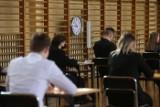 Matura 2021 w Sosnowcu. Maturzyści w Technikum nr 6 w CKZiU piszą dziś język polski. To drugi rocznik, który zdaje maturę w czasie pandemii