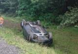 Groźny wypadek w gminie Wieniawa, samochód BMW wypadł z drogi i dachował w rowie