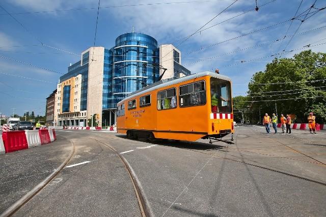 Koszt tego fragmentu Trasy Autobusowo-Tramwajowej do ulicy Smoleckiej wyniósł ponad 67 milionów złotych. W przyszłym roku (prawdopodobnie wiosną) miasto będzie chciało uruchomić tramwaj, którym pasażerowie przejadą aż do ulicy Śrubowej. Trasa Autobusowo Tramwajowa łącząca plac Orląt Lwowskich z Nowym Dworem ma powstać do 2023 roku.