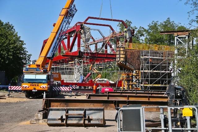 Na budowie wiaduktu na Trasie Autobusowo-Tramwajowej na Nowy Dwór, widać już pierwsze 25 metrów gotowego wiaduktu.