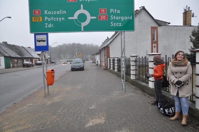 W takich warunkach na razie czekają przy ulicy Lipowej na autobusy pasażerowie.