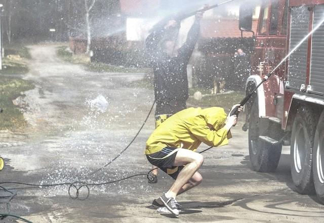 Za oblewanie wodą w Lany Poniedziałek osób, które sobie tego nie życzą, grożą wysokie kary.