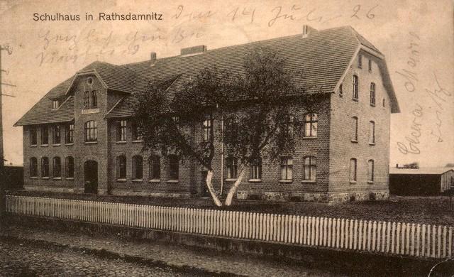Szkoła w Dębnicy Kaszubskiej, widok ok. 1926 r. W tym budynku będzie się mieścić Izba Regionalna.