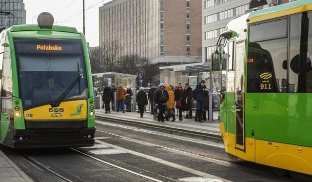 Uwaga, pasażerowie MPK Poznań! Od 1 lipca 2020 r. będą obowiązywać nowe ceny biletów komunikacji miejskiej. Niestety, będą one wyższe niż do tej pory. Zobacz, o ile podrożeją bilety ---->