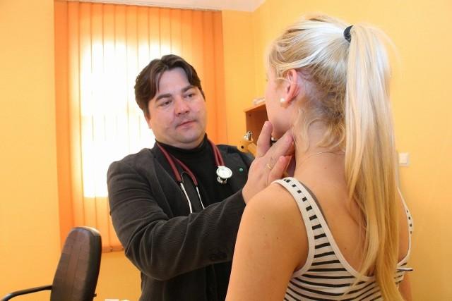 - Każdy, kto wymaga fizycznego badania, jest przyjmowany - zapewnia dr Adam Tomczyk.