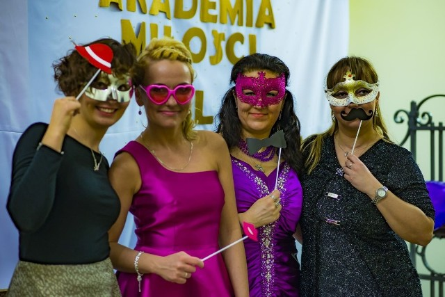 Drugą edycję Akademii Miłości dla Singli zakończył wenecki bal maskowy, który odbył się  w lutym w Gimnazjum Katolickim im. św. Stanisława Kostki przy ulicy Głogowskiej 92. Bawiło się tam 240 osób