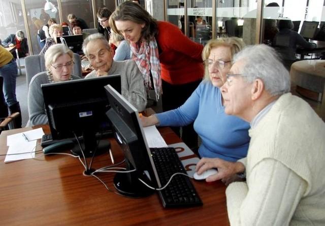 Uniwersytety Trzeciego Wieku to zajęcia uczelniane skierowane do seniorów, które pozwalają na poszerzanie wiedzy, zdobywanie nowych umiejętności i ciekawe wykorzystanie wolnego czasu. Najczęstszym kryterium podczas rekrutacji jest wiek - musi wynosić powyżej 50. lub 60. roku życia. Na które Uniwersytety Trzeciego Wieku można się zapisać i czego nauczyć? Sprawdziliśmy.Informacje o wrocławskich Uniwersytetach Trzeciego Wieku znajdziesz na kolejnych slajdach - możesz na nie przechodzić za pomocą strzałek, gestów na smartfonie albo myszki.