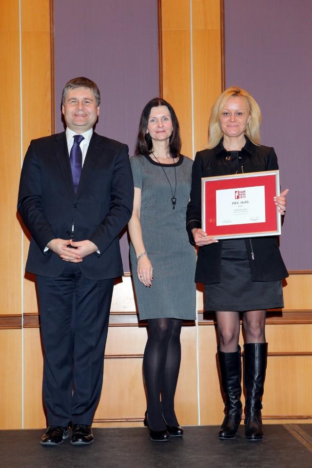 Nagrodę z rąk Prezesa Grupy Publikator Lecha Gryko i Redaktor Naczelnej miesięcznika Meble Plus Beaty Michalik odebrała kierownik handlowy Marzanna Zawadzka.