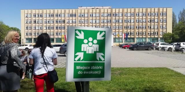 Ewakuacja urzędu marszałkowskiego we Wrocławiu po alarmie bombowym.