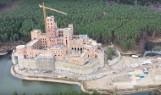 Zamek w Stobnicy - budowa cały czas trwa. Eksploratorzy dostali się do środka budowli powstającej w Puszczy Noteckiej i opublikowali zdjęcia