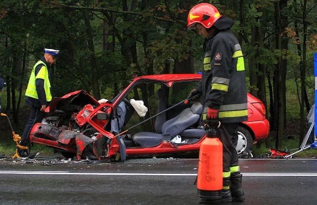 Na drodze krajowej 22 między Rychnowami a Człuchowem czołowo zderzyły się dwa samochody osobowe. Jedna osoba zginęła na miejscu, trzy są ranne.Do wypadku doszło przed południem. Jak wynika z relacji policji kierujący oplem vectrą wyprzedzał na wzniesieniu samochód. ciężarowy i uderzył w prawidłowo jadącego z naprzeciwka forda fiestę. Uderzenie czołowe było mocne. Na miejscu zginął pasażer fiesty, a trzy osoby trafiły do szpitala. Na  miejscu pojawił się też śmigłowiec Lotniczego Pogotowia Ratunkowego. Droga krajowa 22 nadal jest zablokowana. Policja wyznaczyła objazdy.Aktualizacja: Zmarła również pasażerka forda fiesty.