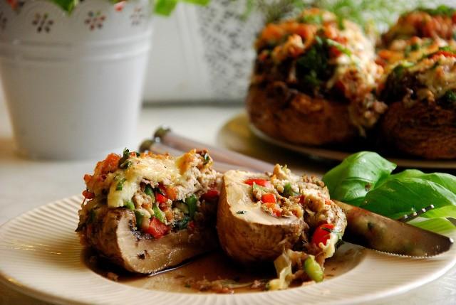 Faszerowane pieczarki z cukinią, boczkiem i kurczakiem to pomysł na sytą przekąskę lub letni obiad. Zobaczcie przepis naszej Czytelniczki.
