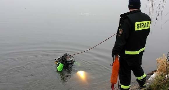 Strażacy wydobyli ze stawu ciało 47-letniego mężczyzny.
