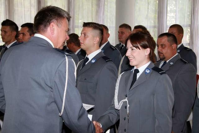 Święto Policji to dobra okazja, by wyróżniającym się funkcjonariuszom wręczyć decyzje o awansach na wyższe stopnie