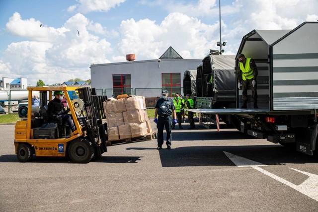 Podlaska KAS przekazała służbom wojewody podlaskiego 8 tys. litrów alkoholu, który, jako płyn do dezynfekcji trafi do podlaskich szpitali