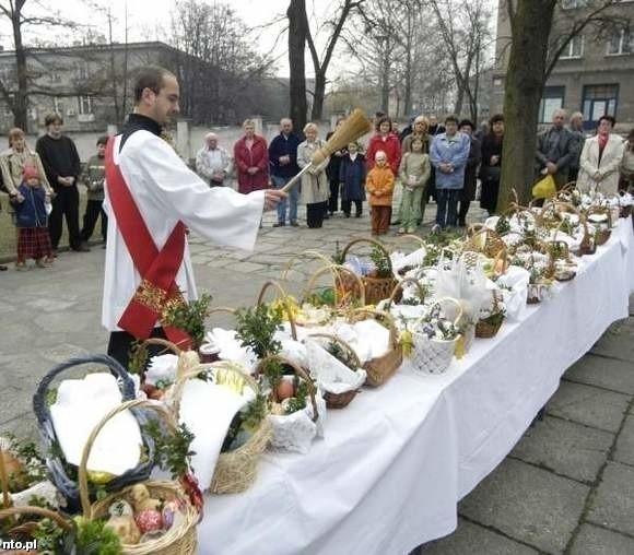 Jeśli tylko pogoda pozwoli, dekret zaleca by błogosławić pokarmy przed kościołami.