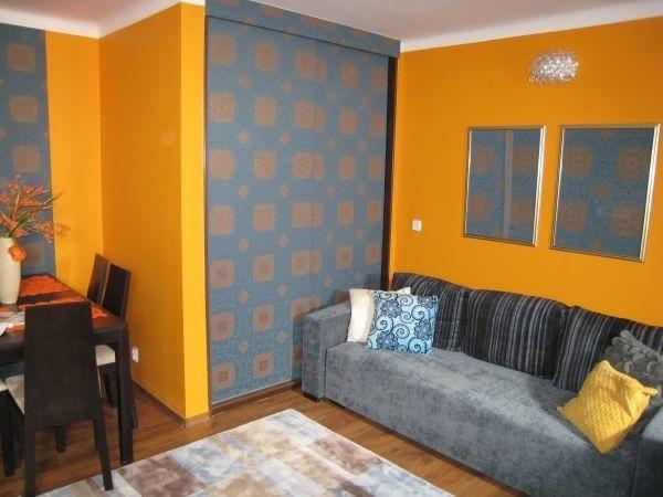 Ściany pomalowane i tapetowaneNajczęściej sprawiedliwie obdzielamy tapetą wszystkie ściany w pomieszczeniu. Możemy jednak złamać schemat i okleić tylko jedną, wybraną przegrodę. W ten sposób dowolnie bawimy się eksponowaniem i dobieramy akcenty w pomieszczeniu.