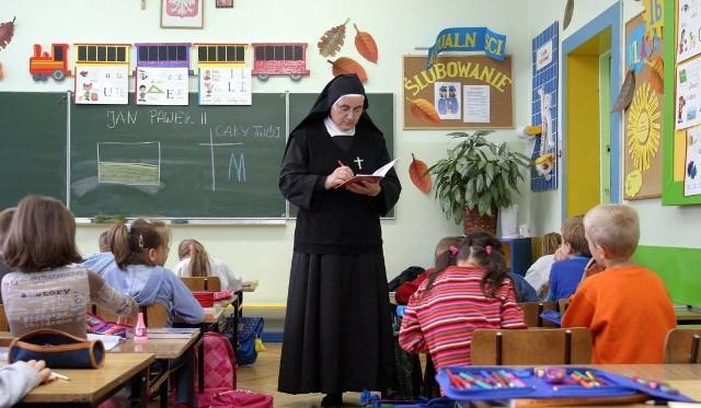 W katechezie bierze udział mniej niż połowa uczniów łódzkich LO i szkół zawodowych (6,3 tys. na 16,3 tys.), ale także podstawówek (17,7 tys. na 40,2 tys.). Przywiązany do lekcji religii okazał się tylko ostatni rocznik w historii wygasających gimnazjów (3,2 tys. na 4,3 tys.).