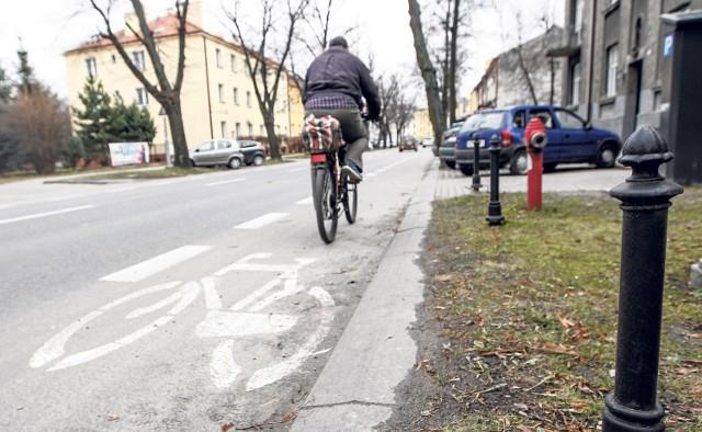 Pierwsze drogi rowerowe wyznaczone na istniejących jezdniach powstały wzdłuż ulicy Księdza Jałowego. Rowerzyści narzekają, że są trochę zbyt wąskie, ale mimo to chętnie z nich korzystają.