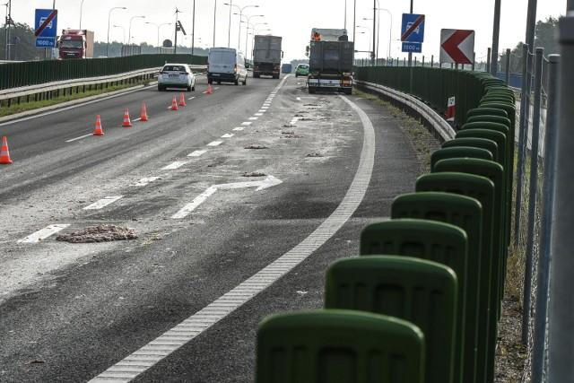 Na poznańskim odcinku autostrady A2 w kierunku Świecka na 155 km doszło do zdarzenia ciężarówki i pojazdu osobowego. Jedna osoba ranna. Występują duże utrudnienia w ruchu między węzłami Poznań-Komorniki i Poznań-Zachód.