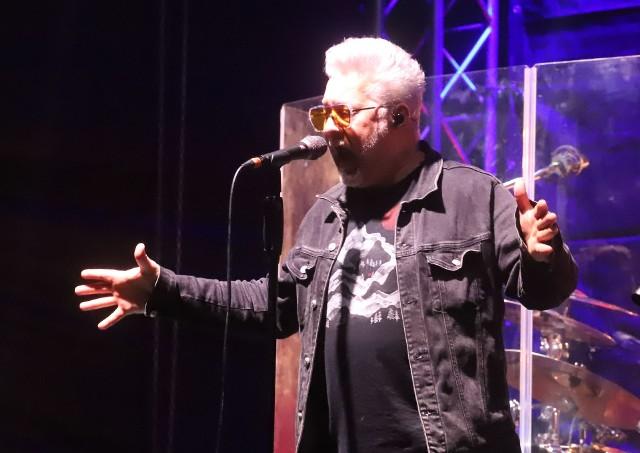 IRA wystąpiła z okazji dziesiątych urodzin Galerii Słonecznej. Grupa zrobiła niesamowite show! Tu wokalista zespołu Artur Gadowski.