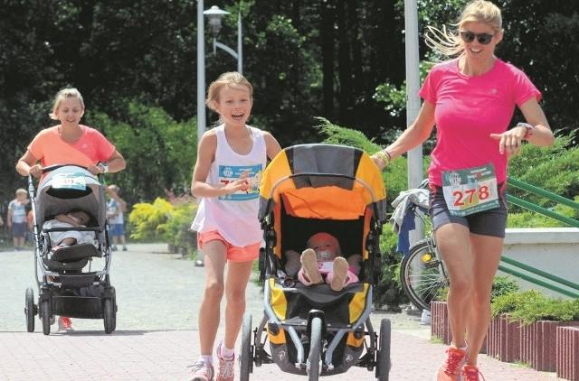 Aleksandra Korulczyk (pierwsza z prawej) znana jako Biegająca Bio Mama, wtrakcie trzeciej rundy MOSiRGutwinRun pokonała oba dystanse - na 5 i 10 kilometrów.