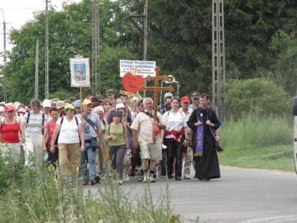 Pielgrzymce przewodzi ks. Tomasz Wilga, zaprzyjaźniony z ostrołęczanami proboszcz z Grajewa