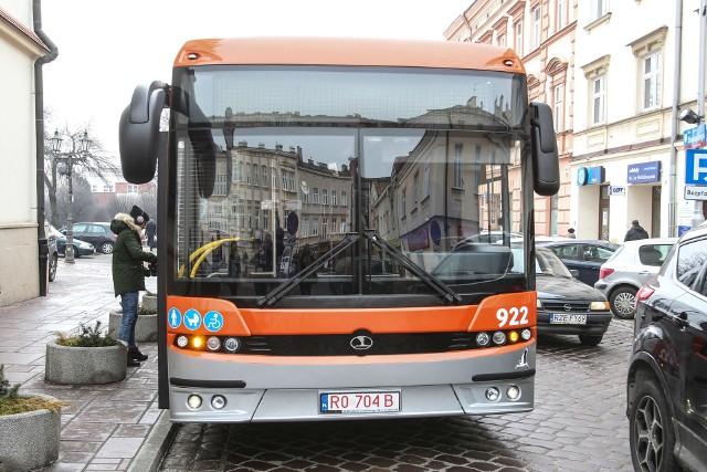 W bazie MPK Rzeszów jest już pierwszy z 10 nowych autobusów marki Autosan. Chociaż wygląda niemal identycznie jak te, które miasto kupiło poprzednio, został gruntownie przeprojektowany.Dla pasażerów podstawową, widoczną różnicą jest 12 metrowe nadwozie pojazdu. Pozostałe Autosany, które jeżdżą już w barwach MPK są krótsze i mają 9 metrów długości. – Różnic jest jednak znacznie więcej. Zmodyfikowana została kabina kierowcy, monitory są zamontowane w estetycznych obudowach, a instalacje pojazdu przeniesiono z podwozia pod sufit, co ułatwi ich obsługę i wydłuży żywotność. Zupełnie nowy jest także monitoring, który rejestruje obraz jeszcze lepszej jakości – mówi Marek Filip, prezes MPK Rzeszów.Na zewnątrz podstawowa zmiana dotyczy sposobu budowy bocznych części nadwozia. W nowym modelu składają się one z większej liczby elementów, które oddzielono ze sobą czarnymi, silikonowymi pasami. Taka zmiana ma ułatwić naprawę autobusów po ewentualnych kolizjach, bo do lakierowania bądź wymiany będą teraz mniejsze fragmenty karoserii. Autobusy są także oklejone numerami według nowego wzoru i wyposażone w lepsze silniki i skrzynie biegów. Zamiast jednostek napędowych Iveco zastosowano w nich silniki  marki Cummins. Posiadają system odzyskiwania energii podczas hamowania, dzięki czemu wydłużono w nich żywotność ich akumulatorów.zobacz też: Auto elektryczne w praktyceŹródło:Dzień Dobry TVN/x-news