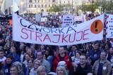 Strajk nauczycieli 2019: Na placu Wolności w Poznaniu zrobili Łańcuch Światła z wykrzyknikiem. To gest solidarności z nauczycielami [FOTO]