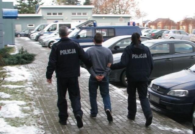 Olescy policjanci z zatrzymanym.