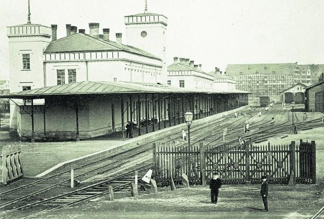 Widok pierwszego gdańskiego dworca kolejowego przy Bramie Nizinnej, na którym ujęto również zabudowę południowego krańca Wyspy Spichrzów. Fotografia Rudolfa Theodora Kuhna, rok 1865
