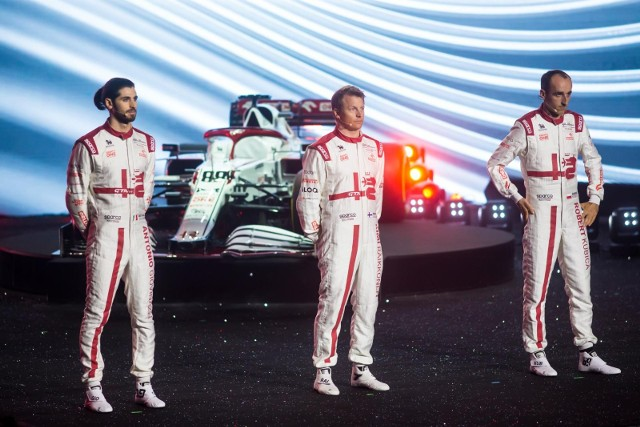 Kierowcy Alfa Romeo Orlen Racing Team (od lewej): Antonio Giovinazzi, Kimi Raikkonen  i Robert Kubica podczas prezentacji w Warszawie