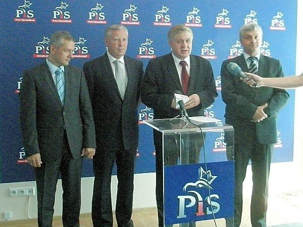 Marek Zagórski (pierwszy z lewej), Jan Dobrzyński (drugi z lewej) i Bohdan Józef Paszkowski (pierwszy z prawej) to kandydaci PiS do Senatu