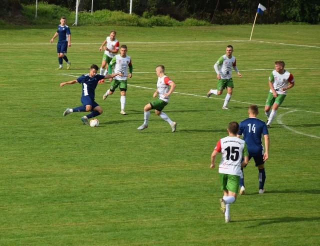Piłkarze Powiślanki Lipsko (w biało-zielonych strojach) przegrali w sobotę trzeci mecz z rzędu. Tym razem w Szydłowcu z miejscową Szydłowianką.