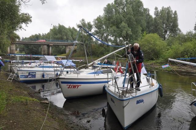 Do wyjścia na Wdę na jachcie Belda 2 przygotowuje się Edward Kozanowski, komandor rejsu z Bydgoszczy przez Świecie, Gdańsk i Elbląg do Iławy. W Świeciu do wyprawy dołączyły dwie łodzie