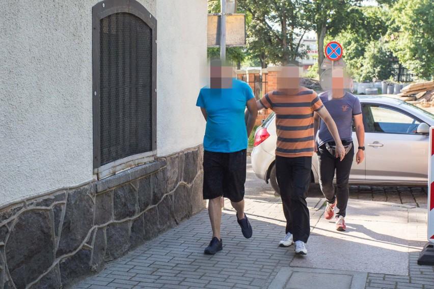 Policjant z Ustki aresztowany za znęcanie się nad żoną i psem