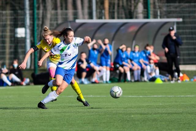 Piłkarki Włókniarza (biało-niebieskie stroje) nadal będą występować w II lidze