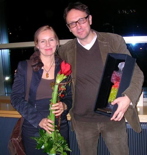 """Michał Rosa z żoną Anną przyjechali do Chociebuża tylko na kilka godzin, by odebrać nagrodę i statuetkę Lubiny. - Teraz spieszymy się na samolot, bo """"Rysę"""" wziął do konkursu także festiwal w Salonikach."""