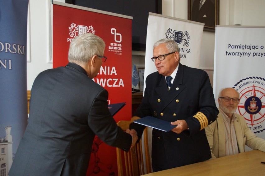 Od lewej: prof. Jerzy Wtorek, dziekan WETI PG, kpt. ż.w....