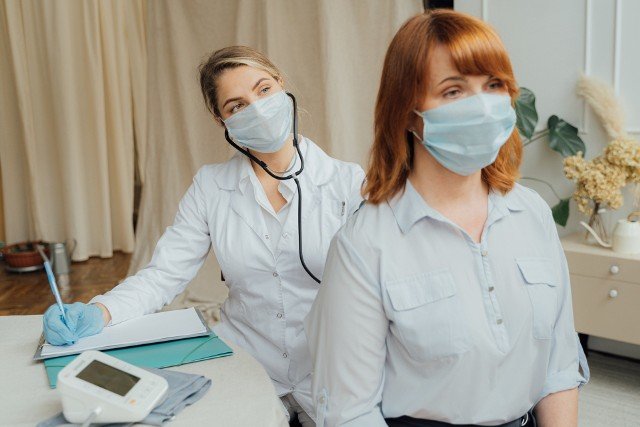 Zdaniem prawników, wystawienie zwolnienia lekarskiego wymaga rozmowy lekarza z pacjentem. Ale nie wszyscy lekarze tak uważają