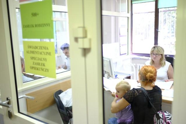Zasiłek rodzinny to jedno z najstarszych w Polsce świadczeń. Przysługuje rodzinom z najniższym dochodem. Jego wysokość jest uzależniona od wieku dziecka, ale najwyższa kwota, jaką można dostać z tego tytułu to 135 złotych. Warto jednak pamiętać, by złożyć wniosek jak najwcześniej. Co warto wiedzieć?Czytaj dalej. Przesuwaj zdjęcia w prawo - naciśnij strzałkę lub przycisk NASTĘPNE