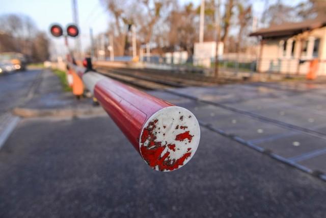 Do zderzenia osobówki z pociągiem doszło na przejeździe kolejowym w Chwałkowie.