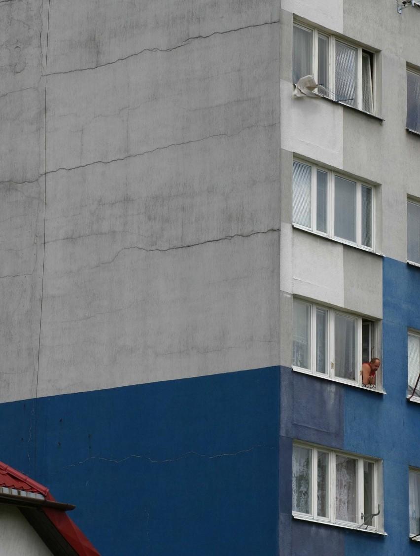 W Polkowicach wstrząsy nie są rzadkością. Od nich od lat popękane są te wieżowce przy ul. Ratowników